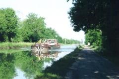 img142 25.5.04 - dopo Hallignicourt ritrovo il canale, che, poi su sterrato, arriverà fino a Vitry le François