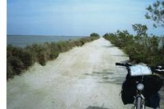 img115 11.5.2005 La diga è tra L'Etang e il mare. Bellissimo, ma percorso infernale (la foto non dà l'idea)