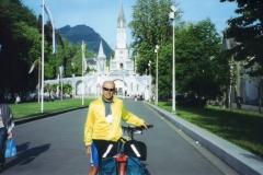 img131 16.5.05, mattina. Lourdes, cacciato via in malo modo ''Qui non si può entrare in bici!!''