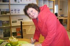 7 29 9.7.2012 Il Sindaco di Kirkenes firma la 'credenziale' di Diego