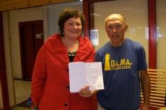 7 35 9 agosto 2012 Diego mostra al Sindaco di Kirkenes la 'Carta del Pellegrino